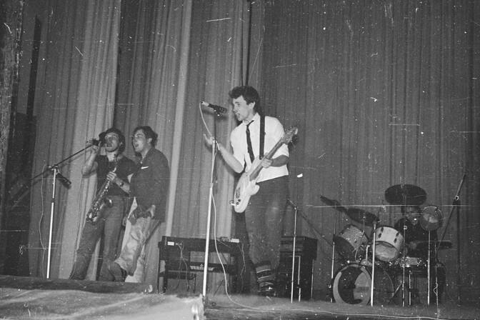 Павел Кондратенко (второй слева) с ранней Алисой на фестивале в ЛРК 1984 год